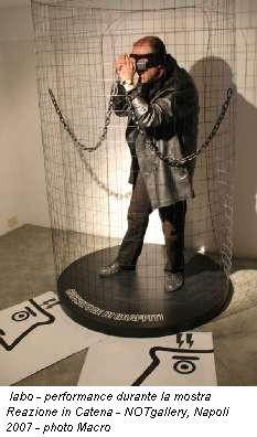 Iabo - performance durante la mostra Reazione in Catena - NOTgallery, Napoli 2007 - photo Macro