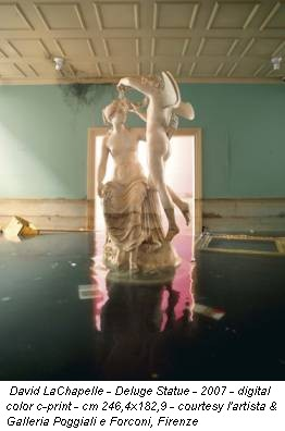 David LaChapelle - Deluge Statue - 2007 - digital color c-print - cm 246,4x182,9 - courtesy l'artista & Galleria Poggiali e Forconi, Firenze