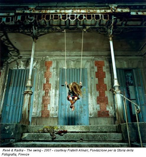 René & Radka - The swing - 2007 - courtesy Fratelli Alinari, Fondazione per la Storia della Fotografia, Firenze
