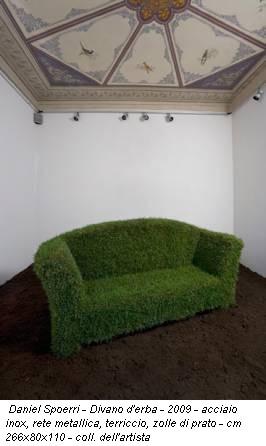 Daniel Spoerri - Divano d'erba - 2009 - acciaio inox, rete metallica, terriccio, zolle di prato - cm 266x80x110 - coll. dell'artista