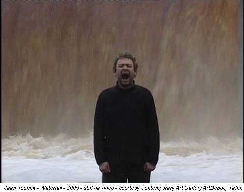Jaan Toomik - Waterfall - 2005 - still da video - courtesy Contemporary Art Gallery ArtDepoo, Tallin