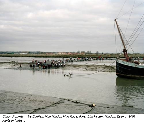 Simon Roberts - We English, Mad Maldon Mud Race, River Blackwater, Maldon, Essex - 2007 - courtesy l'artista