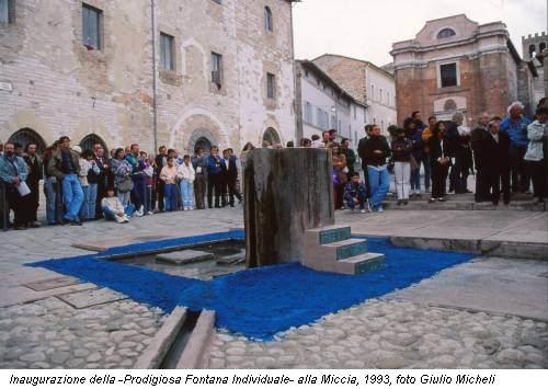 Inaugurazione della -Prodigiosa Fontana Individuale- alla Miccia, 1993, foto Giulio Micheli