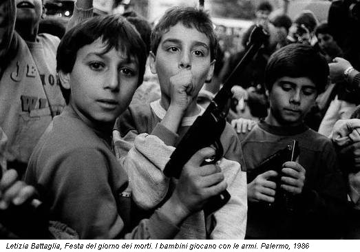 Letizia Battaglia, Festa del giorno dei morti. I bambini giocano con le armi. Palermo, 1986