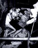 """Weegee, """"Bambini che dormono nella scala di soccorso"""" (1940 circa)"""