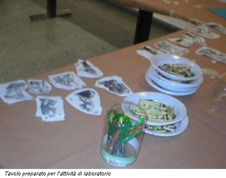 Tavolo preparato per l'attività di laboratorio
