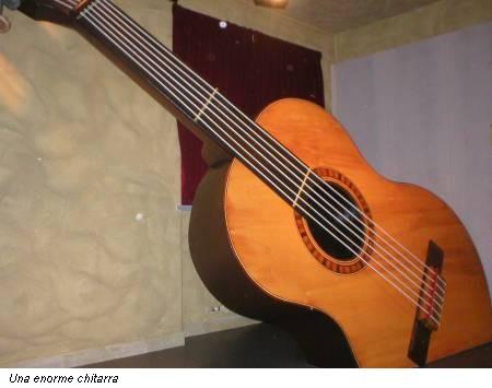 Una enorme chitarra