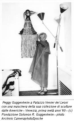 Peggy Guggenheim a Palazzo Venier dei Leoni con una maschera della sua collezione di sculture dalle Americhe - Venezia, prima metà anni '60 - (c) Fondazione Solomon R. Guggenheim - photo Archivio CameraphotoEpoche