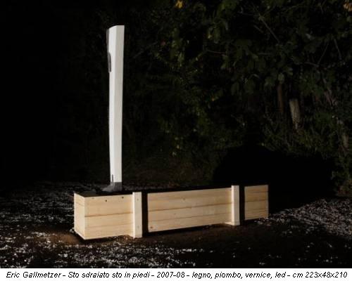 Eric Gallmetzer - Sto sdraiato sto in piedi - 2007-08 - legno, piombo, vernice, led - cm 223x48x210