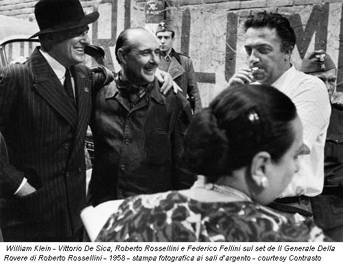 William Klein - Vittorio De Sica, Roberto Rossellini e Federico Fellini sul set de Il Generale Della Rovere di Roberto Rossellini - 1958 - stampa fotografica ai sali d'argento - courtesy Contrasto