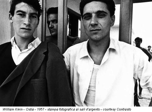 William Klein - Ostia - 1957 - stampa fotografica ai sali d'argento - courtesy Contrasto