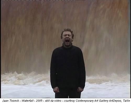 Jaan Toomik - Waterfall - 2005 - still da video - courtesy Contemporary Art Gallery ArtDepoo, Tallin