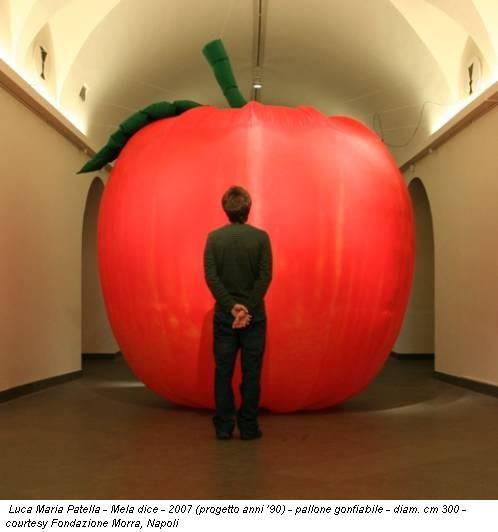 Luca Maria Patella - Mela dice - 2007 (progetto anni '90) - pallone gonfiabile - diam. cm 300 - courtesy Fondazione Morra, Napoli