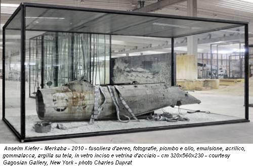 Anselm Kiefer - Merkaba - 2010 - fusoliera d'aereo, fotografie, piombo e olio, emulsione, acrilico, gommalacca, argilla su tela, in vetro inciso e vetrina d'acciaio - cm 320x560x230 - courtesy Gagosian Gallery, New York - photo Charles Duprat