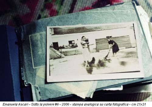 Emanuela Ascari - Sotto la polvere #6 - 2006 - stampa analogica su carta fotografica - cm 21x31