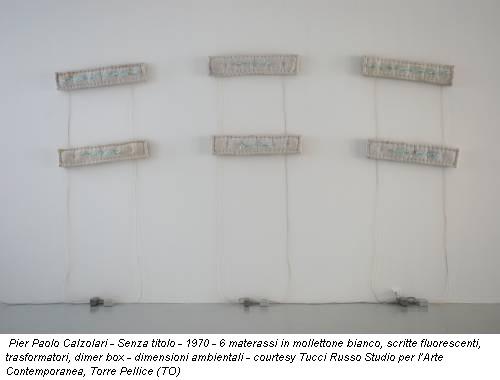Pier Paolo Calzolari - Senza titolo - 1970 - 6 materassi in mollettone bianco, scritte fluorescenti, trasformatori, dimer box - dimensioni ambientali - courtesy Tucci Russo Studio per l'Arte Contemporanea, Torre Pellice (TO)