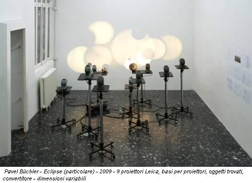 Pavel Büchler - Eclipse - 2009 - 9 proiettori Leica, basi per proiettori, oggetti trovati, convertitore - dimensioni variabili