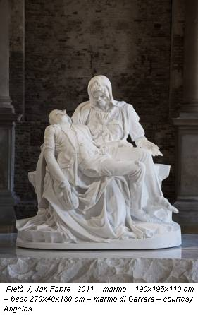 PIetà V, Jan Fabre –2011 – marmo – 190x195x110 cm – base 270x40x180 cm – marmo di Carrara – courtesy Angelos