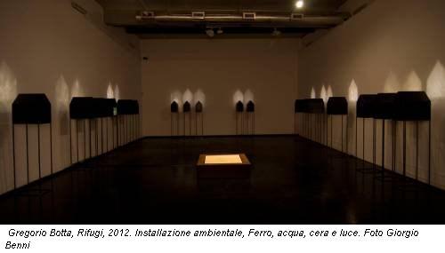 Gregorio Botta, Rifugi, 2012. Installazione ambientale, Ferro, acqua, cera e luce. Foto Giorgio Benni