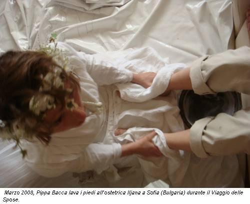 Marzo 2008, Pippa Bacca lava i piedi all'ostetrica Iljana a Sofia (Bulgaria) durante il Viaggio delle Spose.