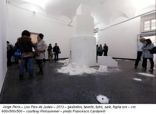 Jorge Peris – Los Pies de Judas – 2013 – gasbeton, tavelle, tubo, sale, foglia oro – cm 600x500x500 – courtesy Pinksummer – photo Francesco Cardarelli