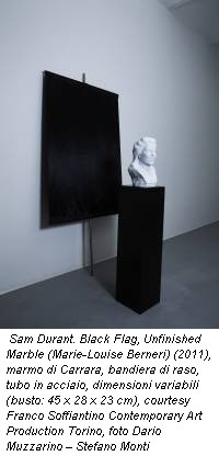 Sam Durant. Black Flag, Unfinished Marble (Marie-Louise Berneri) (2011), marmo di Carrara, bandiera di raso, tubo in acciaio, dimensioni variabili (busto: 45 x 28 x 23 cm), courtesy Franco Soffiantino Contemporary Art Production Torino, foto Dario Muzzarino – Stefano Monti