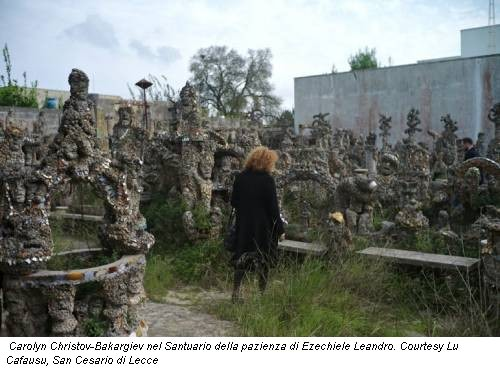 Carolyn Christov-Bakargiev nel Santuario della pazienza di Ezechiele Leandro. Courtesy Lu Cafausu, San Cesario di Lecce