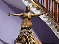 Kiki Smith Pyre Woman Kneeling, 2002 bronzo, bronzo al silicio, legno cm. 94 x 154,9 x 83,8 Courtesy nctm e l'arte fotografia © Mario Tedeschi