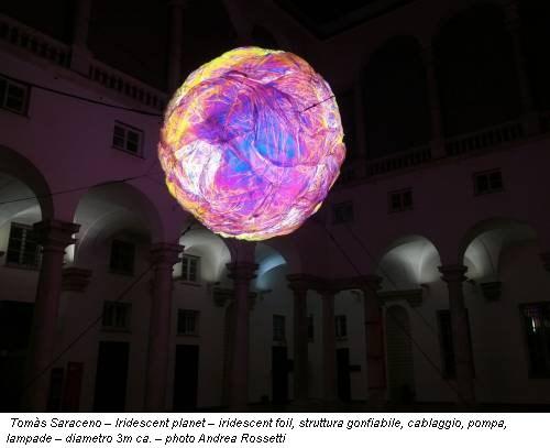 Tomàs Saraceno – Iridescent planet – iridescent foil, struttura gonfiabile, cablaggio, pompa, lampade – diametro 3m ca. – photo Andrea Rossetti