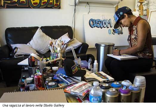 Una ragazza al lavoro nella Studio Gallery