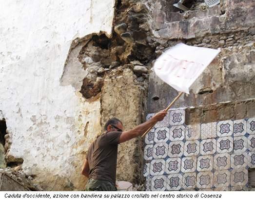 Caduta d'occidente, azione con bandiera su palazzo crollato nel centro storico di Cosenza