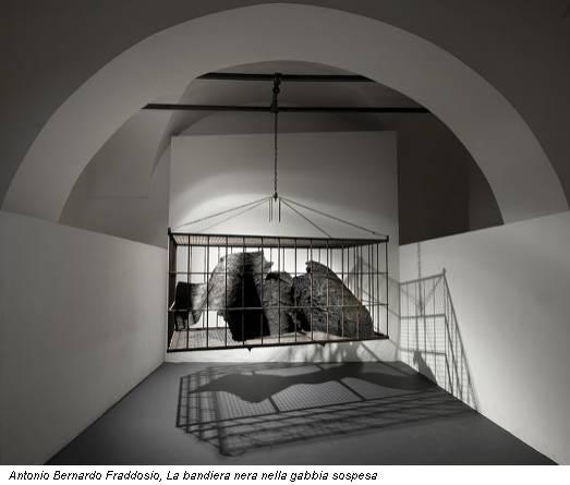 Antonio Bernardo Fraddosio, La bandiera nera nella gabbia sospesa