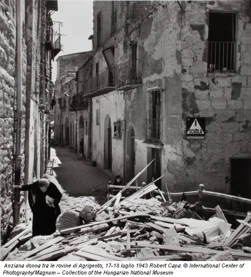 Anziana donna tra le rovine di Agrigento, 17-18 luglio 1943 Robert Capa. © International Center of Photography/Magnum – Collection of the Hungarian National Museum
