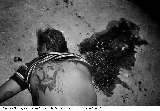 Letizia Battaglia – i due Cristi – Palermo – 1982 – courtesy l'artista