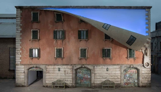 """IQOS World revealed"" di Alex Chinneck"