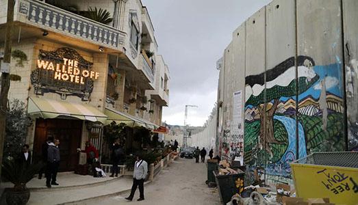 È uscito l'album registrato all'Hotel di Banksy, in Palestina, con Brian Eno e altri