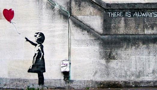 Un tour a Parigi, capitale estiva della street art con Banksy e un nuovo spazio galleggiante