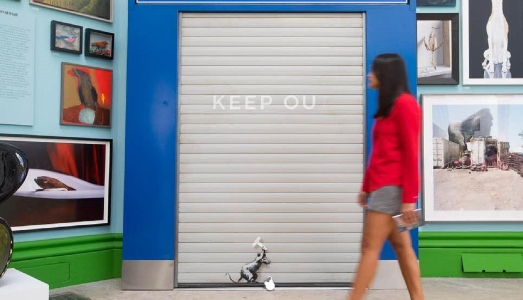 Un gate anti Brexit. Banksy colpisce ancora alla Summer Exhibition della Royal Academy