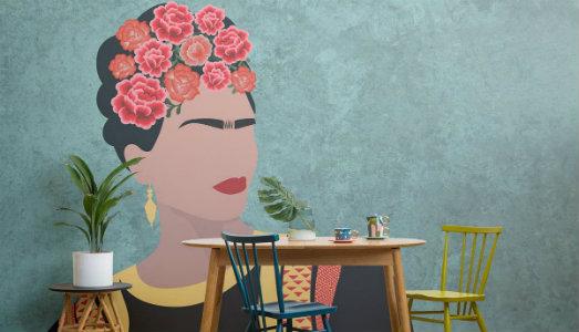 La tua zona living floreale, con la carta da parati di Frida Kahlo