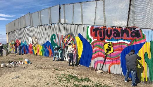 Un muro grande e bello tra Stati Uniti e Messico