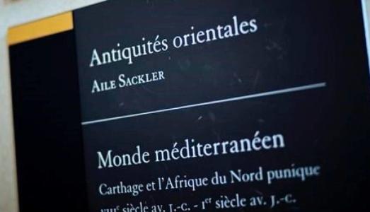 Il Louvre cancella il nome incriminato dei Sackler dalle sue sale ma fa una pessima figura