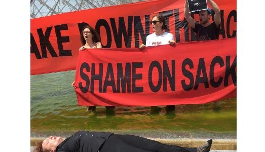La protesta di Nan Goldin contro gli oppiacei e la famiglia Sackler scuote anche il Louvre