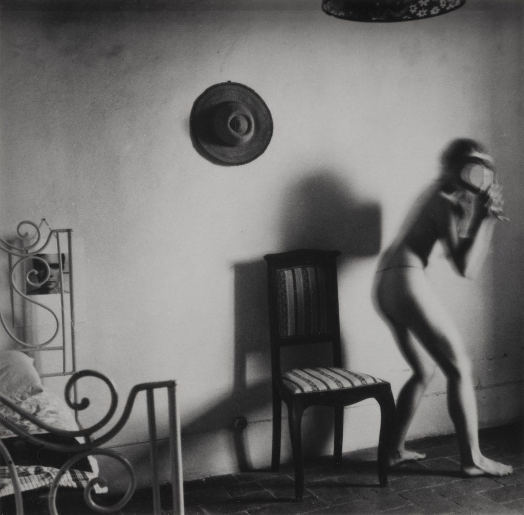 Francesca Woodman Untitled (Antella, Italia), 1977-78 Stampa ai sali d'argento / Gelatin silver print 11.8 x 12 cm Courtesy Collezione Dionisio Gavagnin, Treviso
