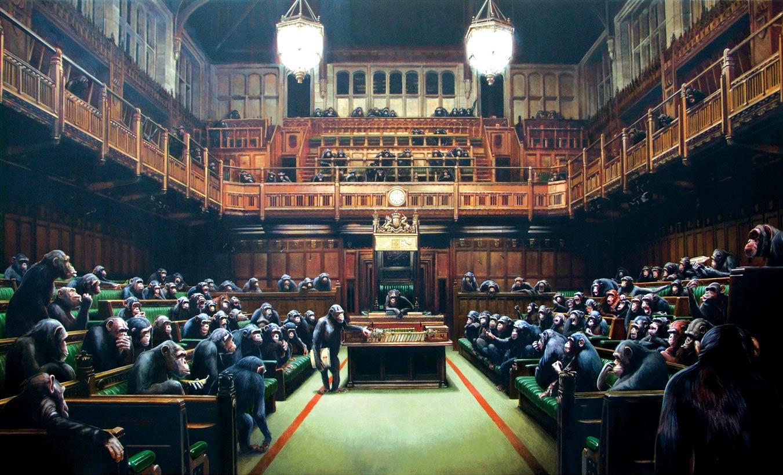 La prima versione di Devolved Parliament di Banksy del 2009. Si nota subito la maggiore illuminazione proveniente dalle alte luci sul soffitto, ora scomparse.