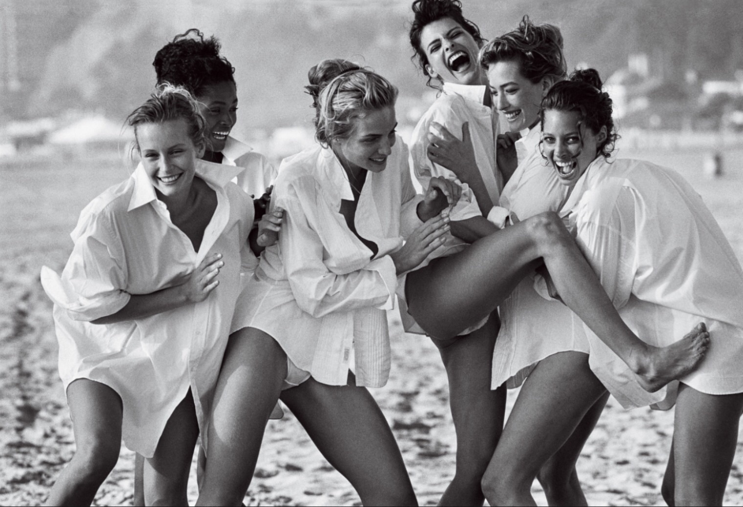 White Shirts: Estelle Léfebure, Karen Alexander, Rachel Williams, Linda Evangelista, Tatjana Patitz & Christy Turlington, Malibu, 1988 © Peter Lindbergh (Courtesy of Peter Lindbergh, Paris / Gagosian Gallery)