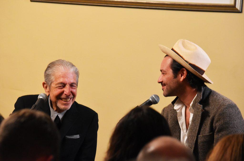 Leonard Cohen e il figlio Adam nel 2016 (courtesy of Chris Willman)