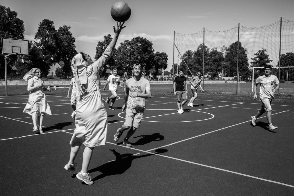 Le suore mentre giocano a basket a Łowicz durantela World Catholic Youth Week (Courtesy: Valeria Luongo)
