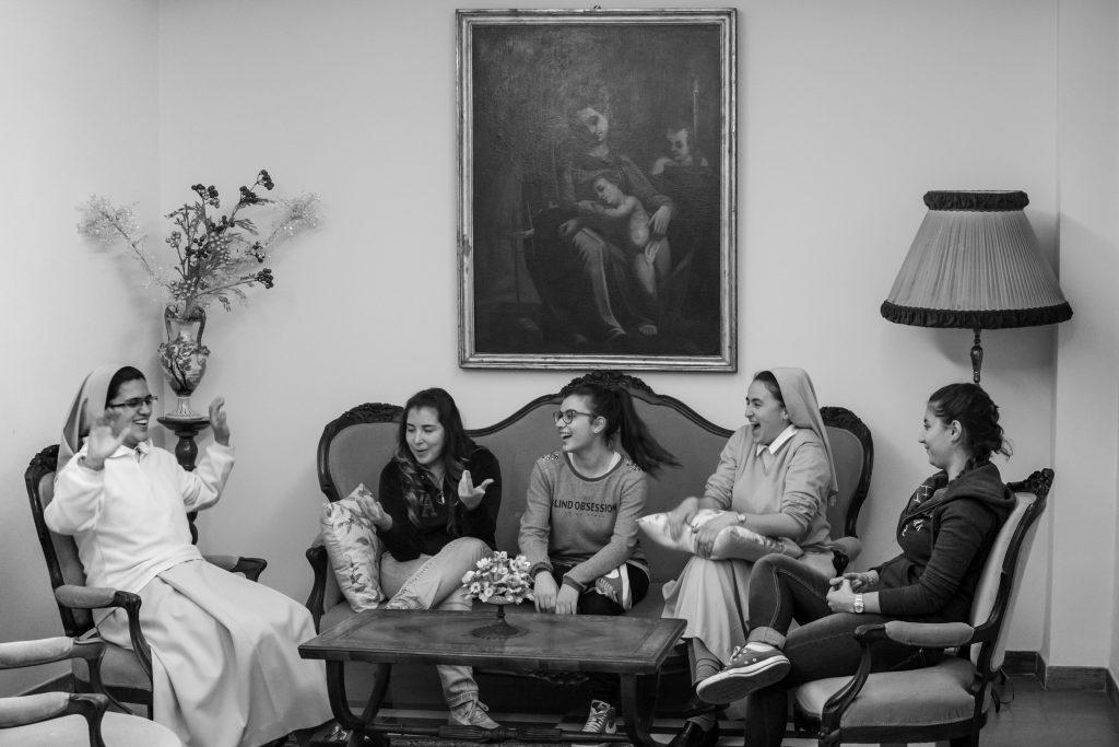 Le Suore di Ravasco che parlano con alcune ragazze venute a studiare a Roma (Courtesy: Valeria Luongo)