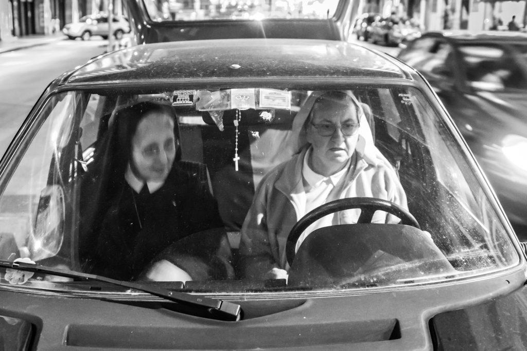 Suor Erminia e Suora Pina nella macchina della loro comunità, mentre vanno a dare da mangiare ai senzatetto (Courtesy: Valeria Luongo)