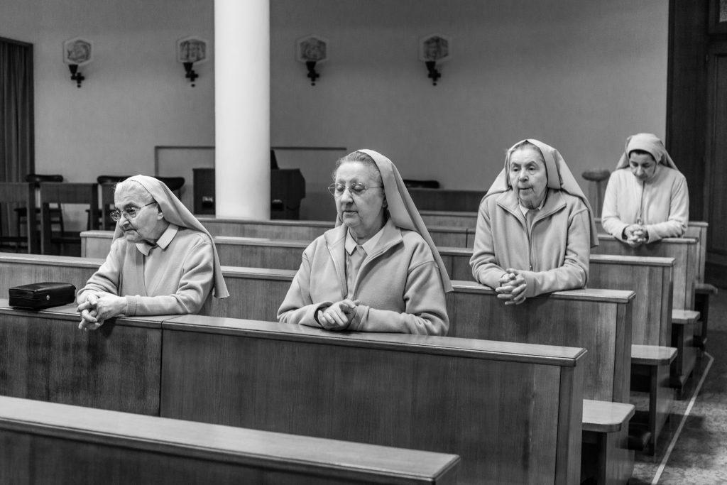 Le suore sugli scranni della chiesa (Courtesy: Valeria Luongo)
